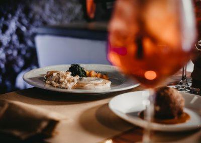 Due piatti del manu di Ristorante Mangio Roma a tavola