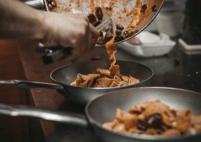 Chef che impiatta la Pappardella Lucana di Ristorante Mangio Roma