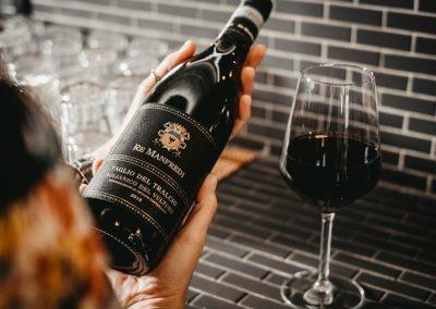 Bottiglia di vino rosso Re Manfredi con un calice di Ristorante Mangio Roma