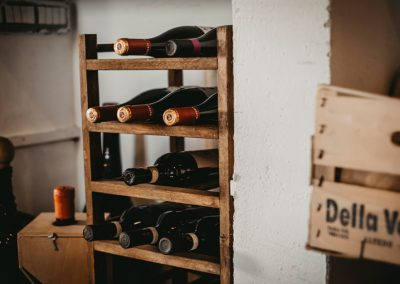 Piccola cantina con 9 bottiglia di vino rosso di Ristorante Mangio Roma